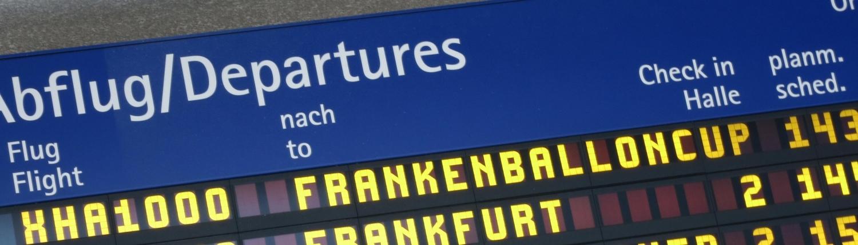 Ankündigung des Frankenballoncups auf der Anzeigetafel des Airports