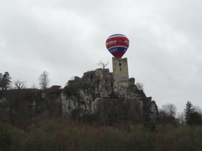 Heißluftballon über der Burg Neideck