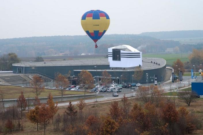 Ein Ballon über dem Outlet von Adidas in Herzogenaurach