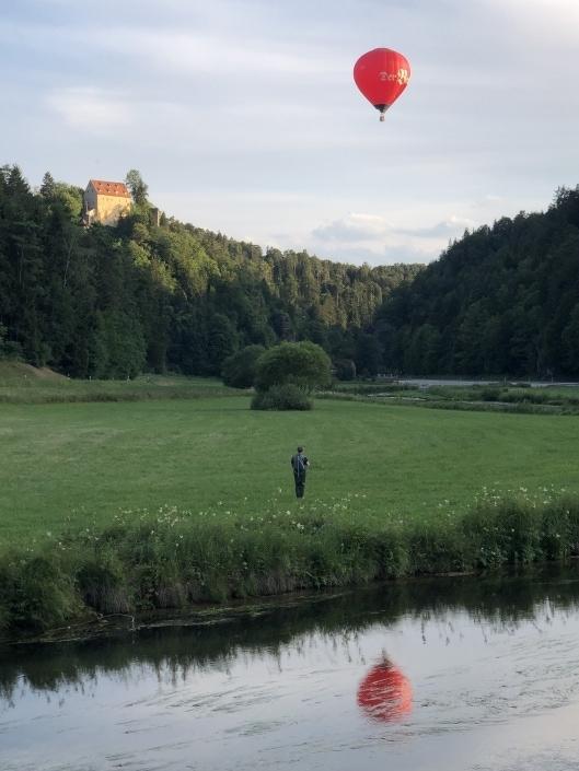 Beck-Ballon über der Burg Rabeneck