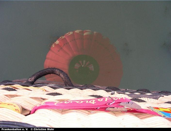 Spiegelbild des Beck-Ballons in einem Gewässer