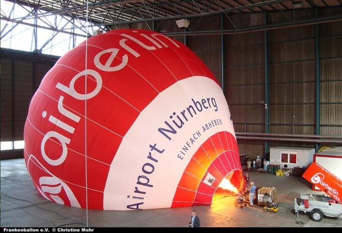 Aufbau des neuen Air-Berlin-Ballons im Hangar