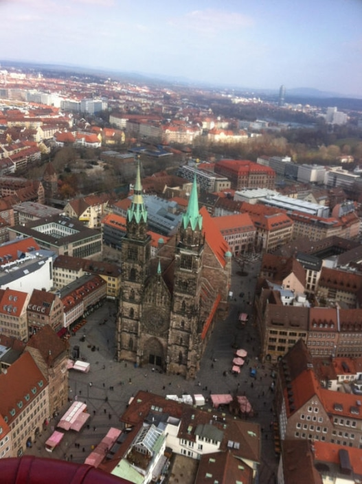 Blick von oben auf die Lorenzkirche Nürnberg
