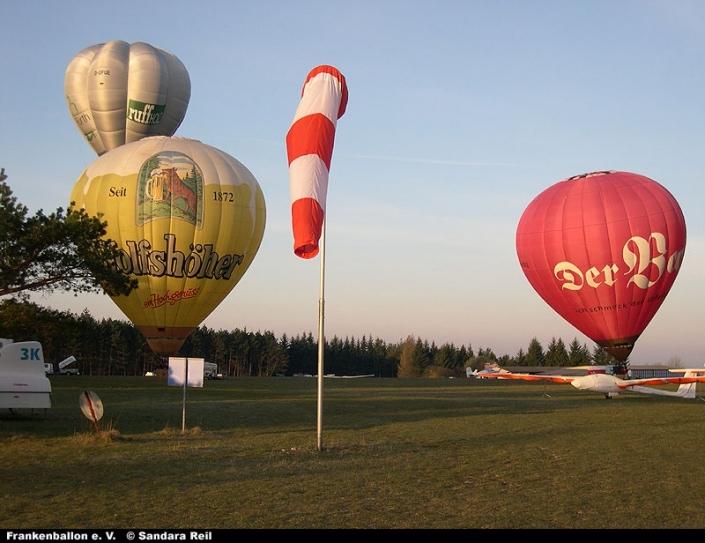 Start mehrerer Ballone am Ostersonntag
