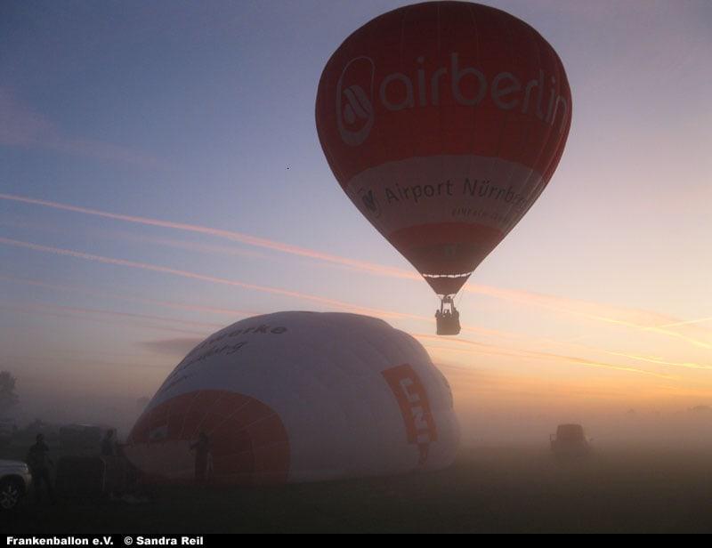 Zwei Ballone starten im Morgennebel