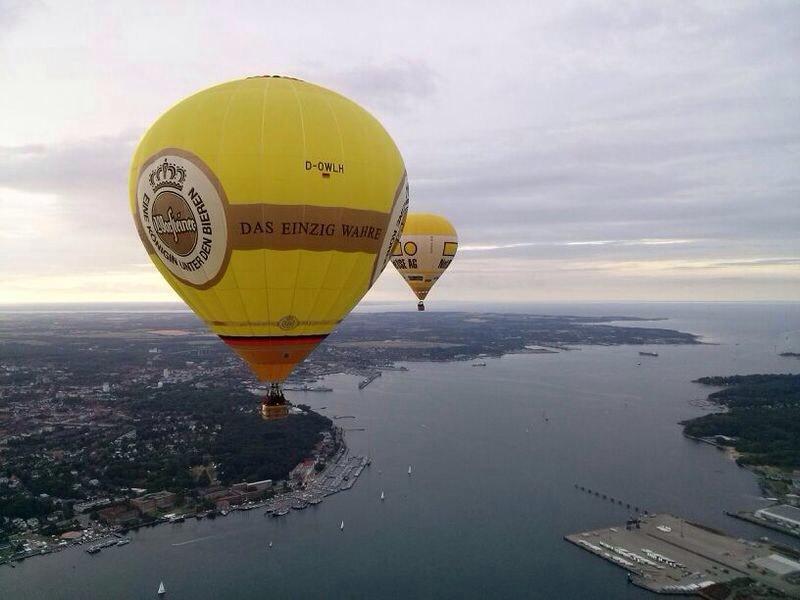 Warsteiner-Ballon über dem Meer