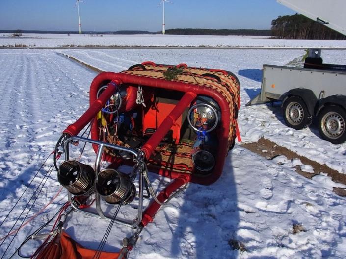 Umgelegter Ballonkorb bei Schnee