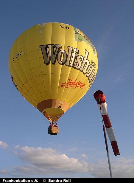 Wolfhöher-Balln neben einem Windsack
